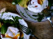Exquisito desayuno huevos escalfados aguacate