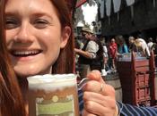 Bonnie Wright toma cerveza mantequilla Parque Harry Potter