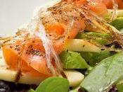 Ensalada salmón, aguacate, manzana salsa yogurt