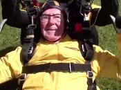 Anciano años establece récord como paracaidista viejo mundo