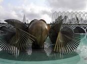Inmensas esculturas artista Manolo Valdés emergiendo lago.