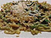 Espaguetis calabacín salsa puerros nueces