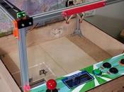 joven construye maquina juegos dolares
