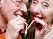 Beber poco alcohol podría mantener raya enfermedad Alzheimer