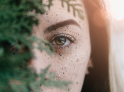 Caja azul Nivea como contorno ojos