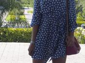 Cómo combinar vestido azul lunares blancos