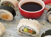 Sushi vegano casero relleno fruta verdura