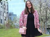 Outfit vestido negro bomber flores