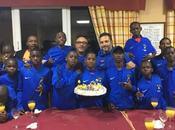 Escuela Fútbol Base Angola doble celebración