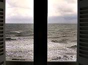 Tras ventana