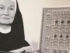 monja detrás computadora, Mary Kenneth Keller (1913?-1985)