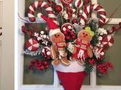 Adornos navideños para puerta casa usando gorritos navidad