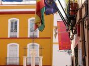 Tres escalones, tres columnas, cruces banderas.