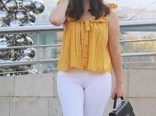 Blusa mostaza jeans blancos para verano