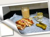 Sándwich tostado roast beef queso emmental, chucrut salsa eneldo