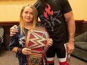 Seth Rollins pega fuego Wyatt títeres