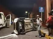 Vehículo vuelca calle Morelos Centro Histórico