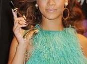 Rihanna escoge look inspirado edad Hollywood para presentar nueva fragancia
