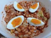 Judías blancas pepino, pesto rojo huevo