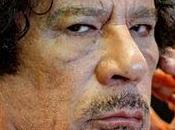 Video: Cuerpo Muammar Gaddafi arrastrado multitud.